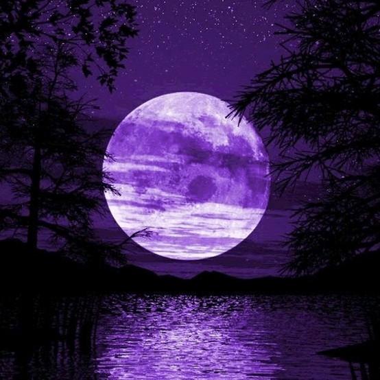 Pleine lune violette